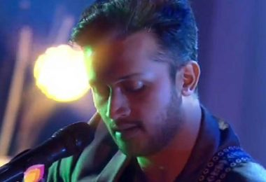 Pakistani-singer-Atif-Aslam-interrupts-concert-to-call-out-sexual-harassment